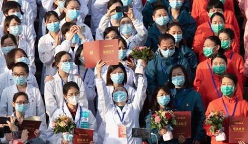 Coronavirus, una bella notizia, festa per l'ultimo paziente dimesso da uno degli ospedali di Wuhan